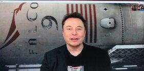 Илон Маск на фоне Falcon 9